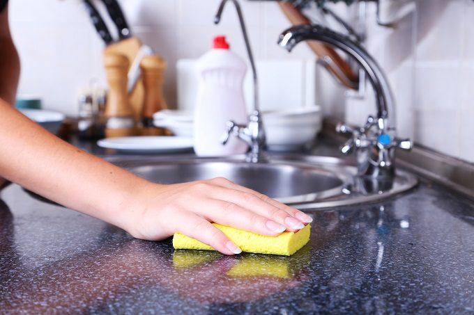 キッチンをスポンジで掃除している様子
