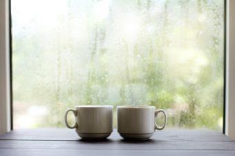 雨音をBGMに小さく楽しむ。「住まいと心を整える」アイデア