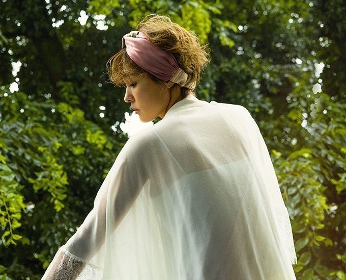 上質シルクで髪が艶やかに。大人の女性のために作られた「きれい色ヘアバンド」