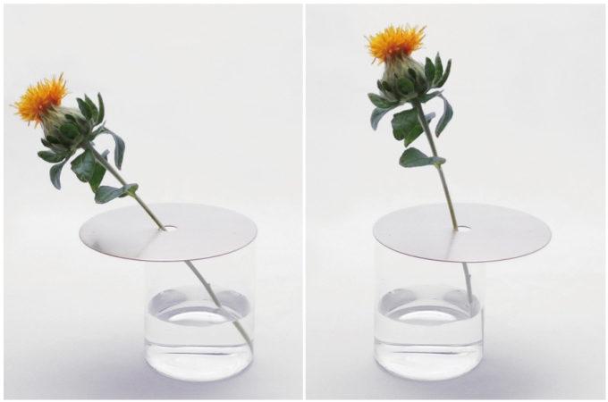 空き瓶などと組み合わせれば、美しい花器が完成。草花を飾る金属板「フラワースカーフ」