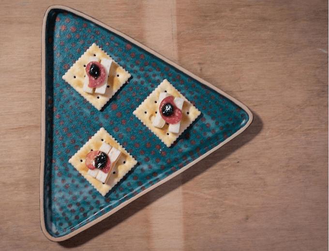 手仕事ならではのぬくもり。心躍る色合いで食卓に華を添える川崎萌さんのお皿