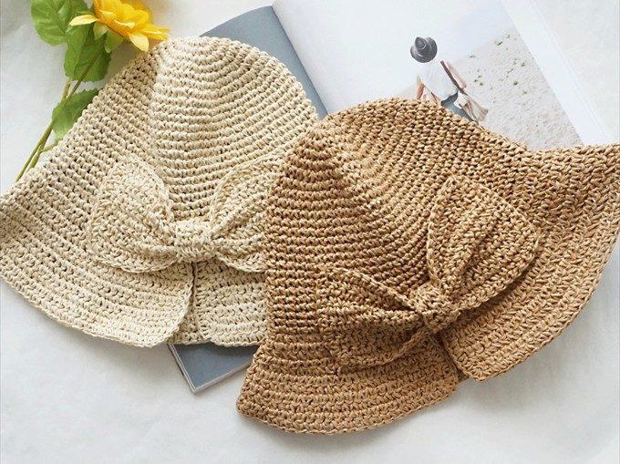 上品で優雅なシルエットを描く。「kittiA」の折りたたみ可能な麦わら帽子