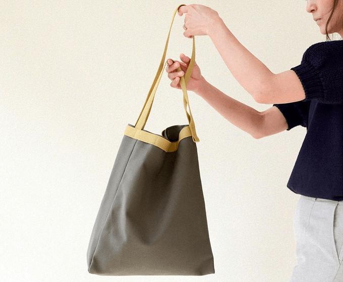 オンオフ問わず使える工夫がたっぷり。軽量かつ丈夫で暮らしに役立つ「DAY BAG」