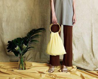 目を引くデザインや素材の組み合わせ。コーディネートが華やぐ「POMTATA」のバッグ