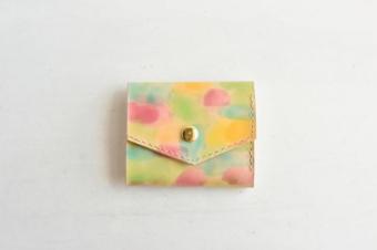 上質なヌメ革に描かれる色とりどりの世界。「Zakka Bakka」の手染めの革財布