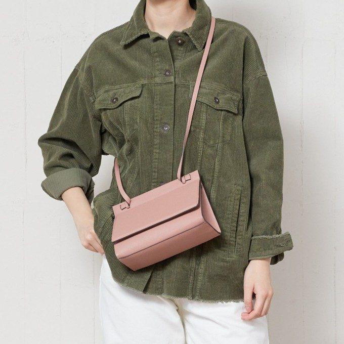 大人レザーで魅了する。愛らしさと上品さを兼ね備えた革製ミニバッグ特集