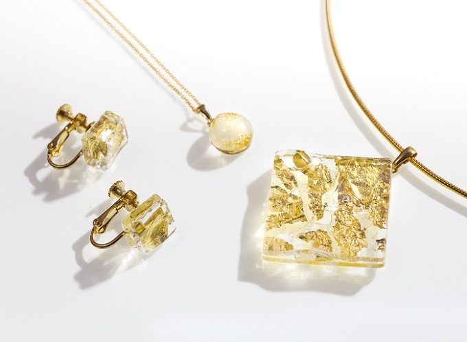 秋の装いに合わせたい。金箔や鏡が奥ゆかしい輝きを放つ「福村硝子」のガラスアクセサリー