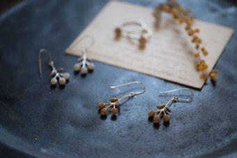 秋の装いに華を添える。ヴィンテージ感溢れる「atelier sou」の真鍮イヤーアクセサリー