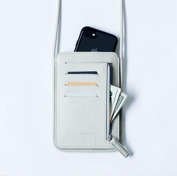 アクセサリー感覚で楽しめる。スマホケースと財布が一体化したレザーポーチ