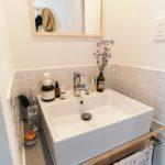 賃貸の小さな空間も素敵に変えられる。洗面所をすっきり...