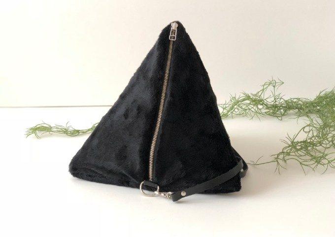 ひときわ個性を放つ。洗練ムードを纏った秋冬の装いが完成するトライアングル型バッグ