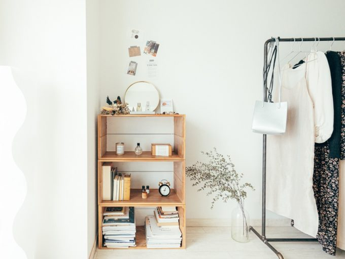 押さえておきたい3つのコツ。収納棚をおしゃれに魅せる「飾り棚」の作り方