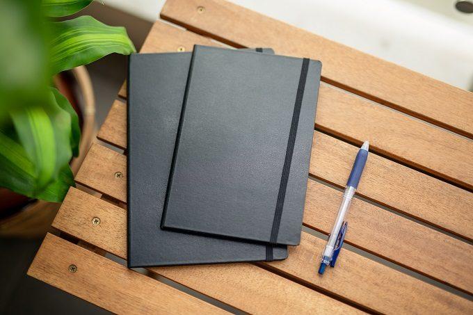 ありそうでなかった、無駄のないカバー。書類やノートを傷つけずに持ち歩ける「IDEAL」