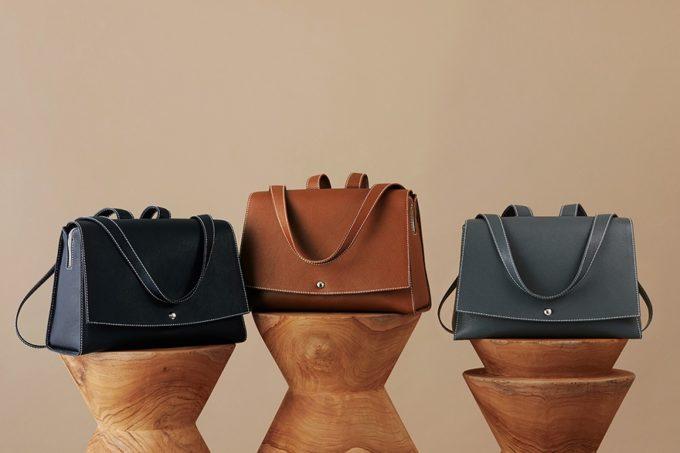 2WAY仕様でオンオフ両方に使える。パリの街並みや女性をイメージした革バッグ「Lay」