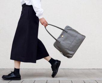 毎日持ちたくなる軽さ&使いやすさが魅力。「Neutral Gray」のシンプルなトートバッグ