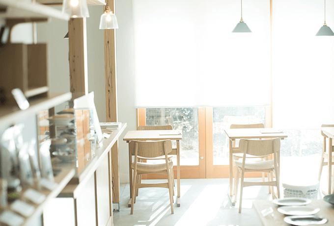 いつも素敵な出会いをくれる生活道具とカフェのお店。光がたっぷりと差し込む「park」