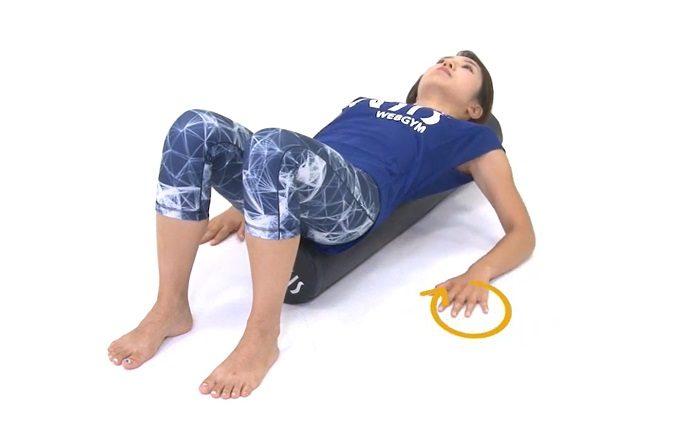 肩こり、猫背もスッキリ。寝転んだままできる「リセットポール」を使った簡単ストレッチ3選
