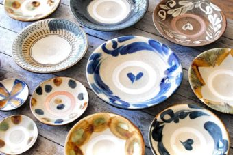 民芸好き・器好きが惹かれる沖縄の手仕事「やちむん」。秋の食卓を彩る器特集