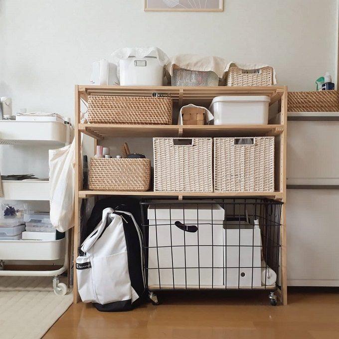 食器や調味料がキッチンラックとボックスに収納されている。食器や調味料をどこに置けばいいのか、置き場所に迷わないキッチン収納