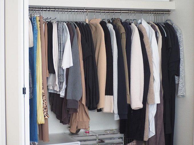 お気に入りを選びやすく。すっきり美しい「洋服収納」のアイデア
