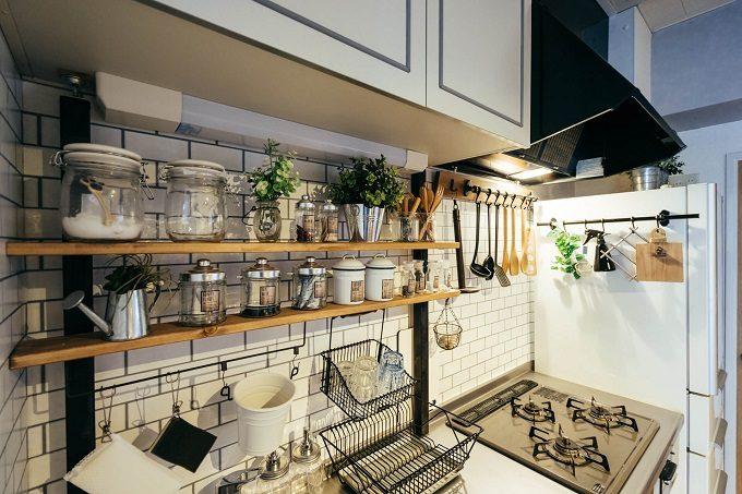 食器や調味料がキッチンにきれいに並んでいる。食器や調味料をどこに置けばいいのか、置き場所に迷わないキッチン収納の実例