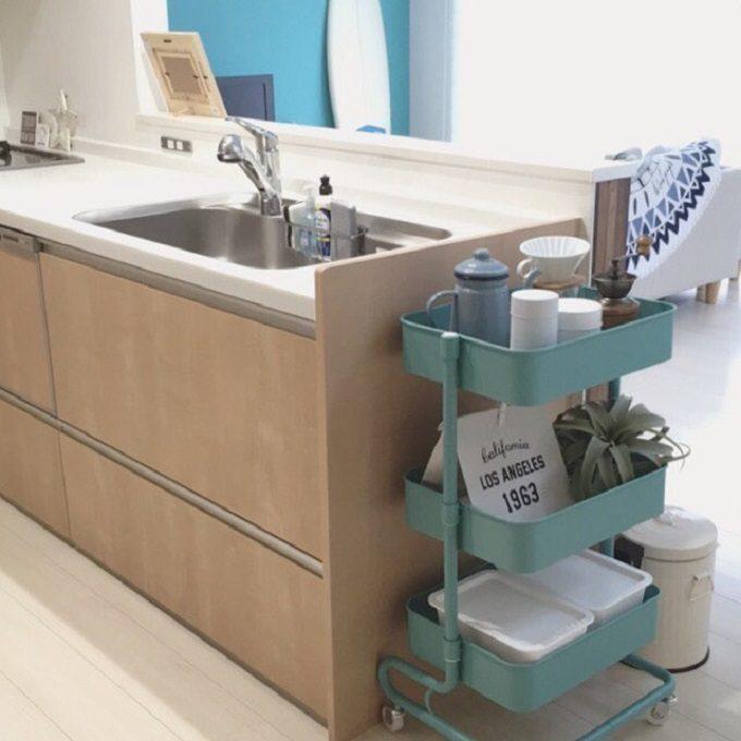 食器や調味料がキッチンラックに収納されている。食器や調味料をどこに置けばいいのか、置き場所に迷わないすっきりとしたキッチン