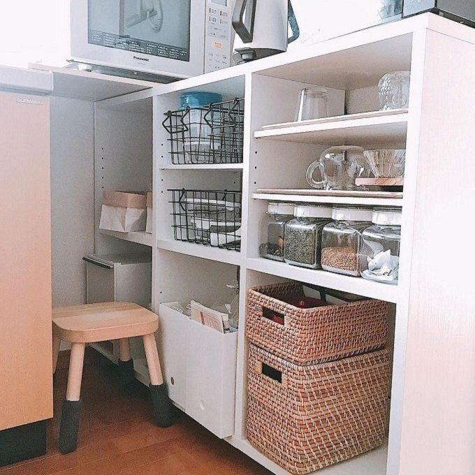 食器や調味料がキッチン棚に収納されている。食器や調味料をどこに置けばいいのか、置き場所に迷わない綺麗なキッチン