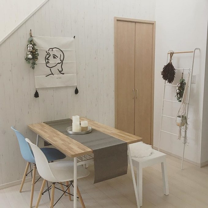 白い壁が素敵に変身。賃貸でも気軽に楽しめる「壁インテリア」のコツとアイデア集
