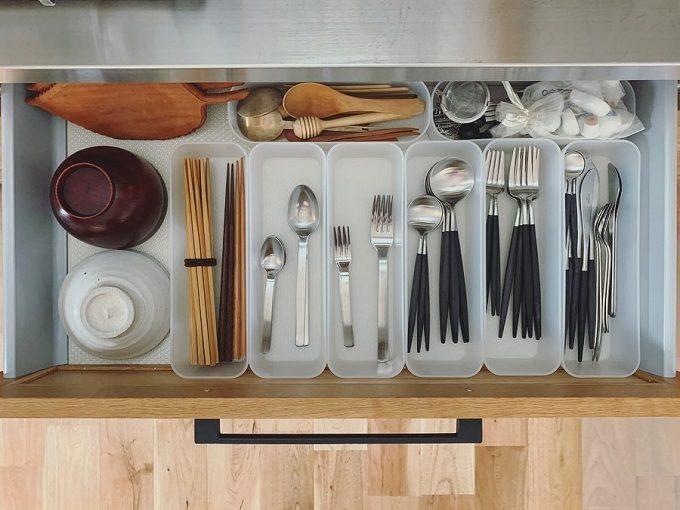食器やカトラリーがキッチンの引き出しに収納され、どこに置くか、置き場所に迷わない狭いキッチン