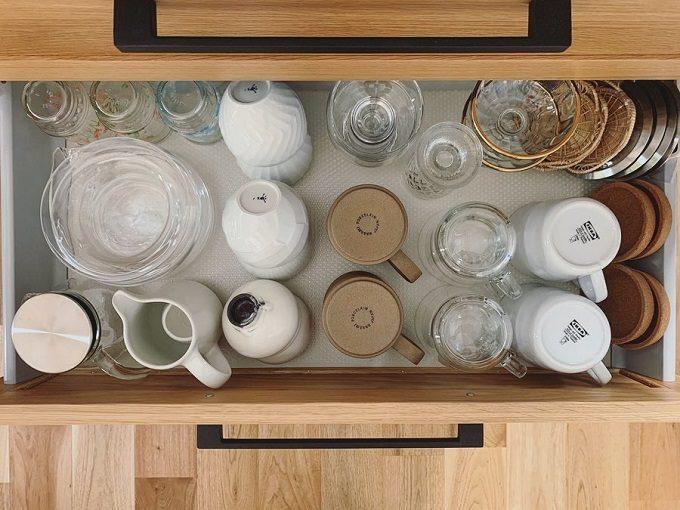 食器がキッチンの引き出しに収納され、どこに置くか、置き場所に迷わない狭いキッチン