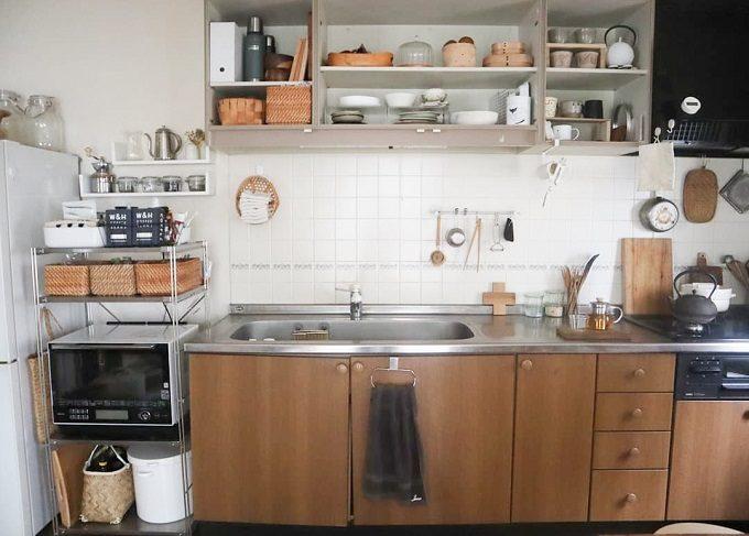 調味料・食器が置き場所に収納されたキッチン