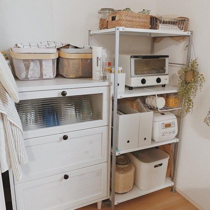 調味料・食器がひとまとめに置かれた、綺麗に収納されたキッチン
