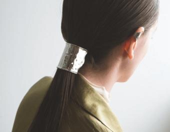 いつもの髪型に上品さをプラス。「SYKIA」のヘアアクセサリーでつくる大人なヘアスタイル