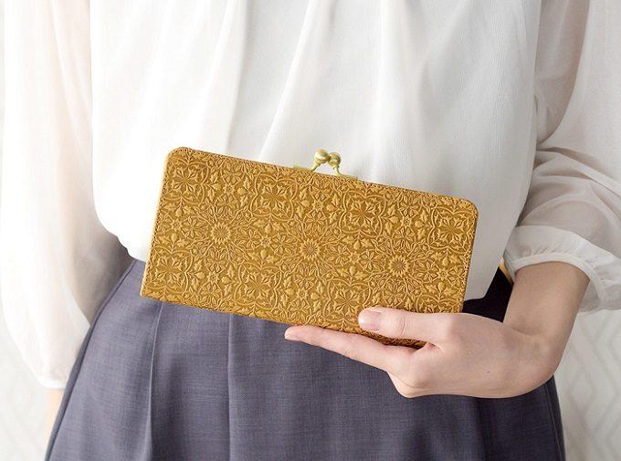 スリムなマネークリップ&シックなイエローの限定色が登場。モリスデザインの美しい革財布