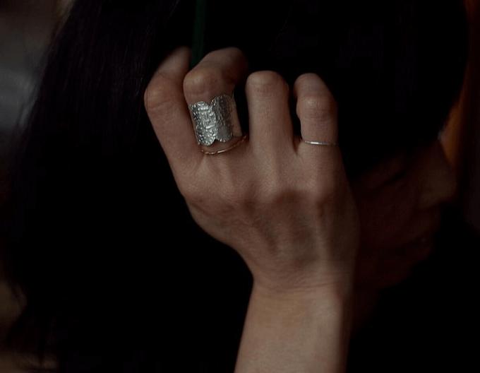 重ねづけも可愛い。手元をそっと飾る「muimaur」の リング