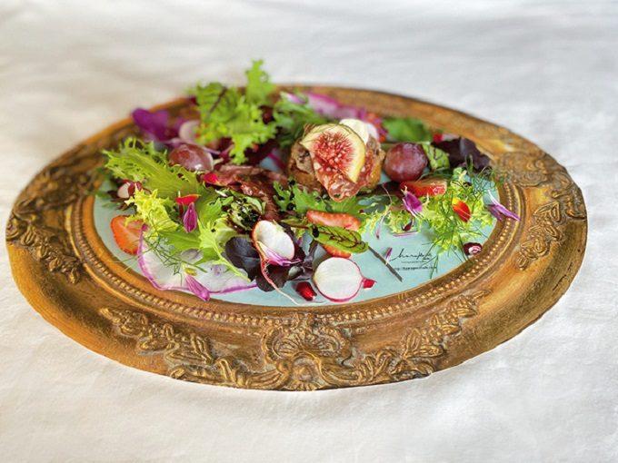 敷くだけであっという間に華やかな食卓に。額縁をモチーフにした「ART FOOD PLATE」