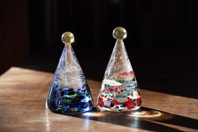内側に浮かぶ光の帯にも見とれる。河村真里さんが作る、表情豊かなガラスのクリスマスツリー
