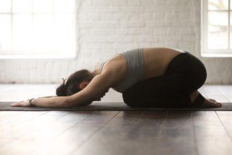 初心者でもすぐにできる簡単ヨガ。おだやかな呼吸で心のざわつきやストレスを解消