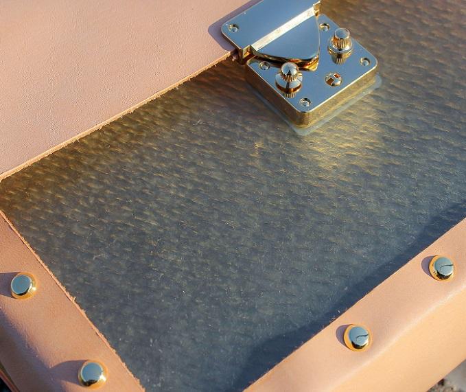 本革やプラスチック製品とは異なる独特の質感。透明の生革を使った「bon born」の革小物