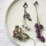 繊細で愛らしい草花に惹かれる。春の装いに加えたい刺繍...