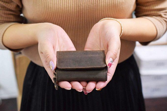 春財布におすすめ。表情豊かなオイルレザーを使った「Hallelujah」の機能的ミニ財布