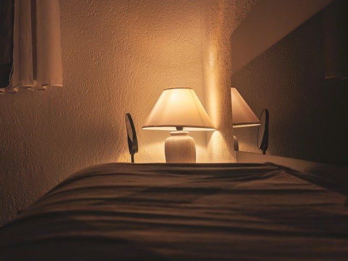 間接照明でリラックスできる部屋づくり。「1室多灯」で作るおしゃれなインテリアアイデア