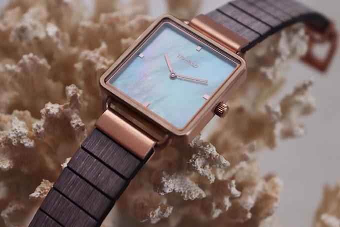 天然素材同士を組み合わせた美しい1本。マザーオブパールが輝く「WEWOOD」の木製腕時計