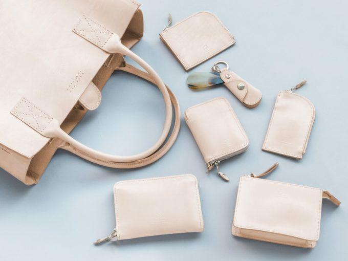 使い込むほどに美しく成長。育てる愉しさを堪能できる「すっぴんレザー」のバッグ&小物特集