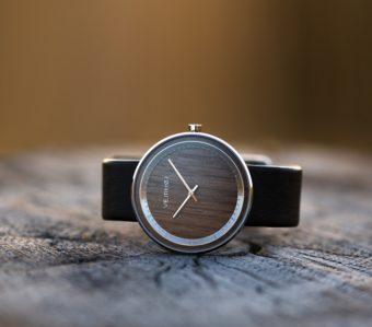 木の質感が引き立つ洗練されたデザイン。デンマーク発の腕時計ブランド「VEJRHØJ」