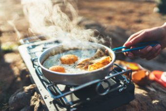たったの10分で完成。おうちごはんにも重宝するお手軽ソロキャンプ飯のクイックレシピ