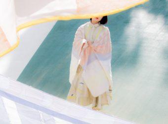 シンプルな装いも即華やぐ。美しい発色と光沢感で魅せる「POLS」の大判ストール