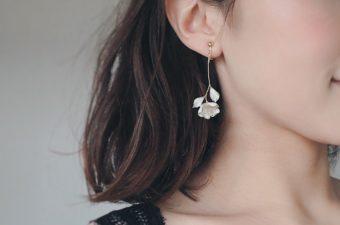 植物の繊細な表情をクレイで表現。柔らかな雰囲気に満ちた「Coju f Note」の耳飾り