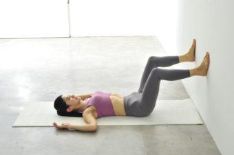おしり筋を1分間伸ばすだけ。お腹や美脚に効果絶大な簡単ストレッチ本が登場