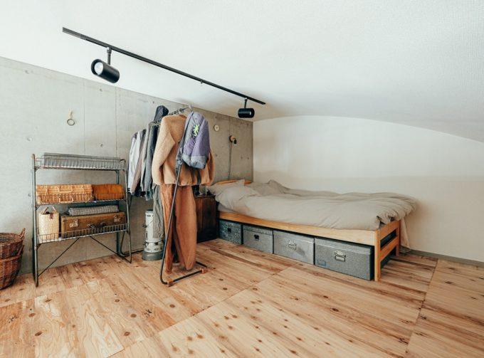 ベッド下を収納に活用したい。狭い部屋でもすっきりおしゃれに見せる収納アイデア集